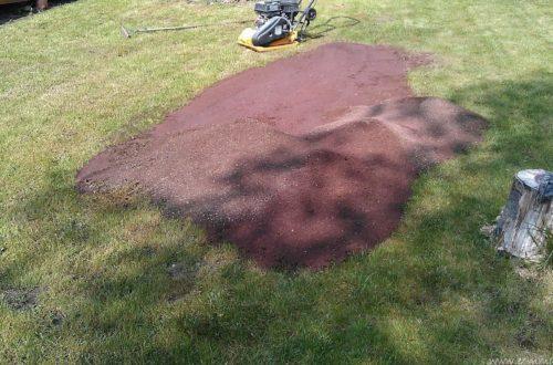 erde aufbringen und neuen rasen anlegen3 - Vom Rasenanlegen und Aufbringen der Abdecksteine auf die Gartenmauern