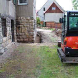 aufschachten zum trockenlegen des kellers1 - Trockenlegung des Hauses – Freilegen des Kellerfundaments