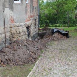 aufschachten zum trockenlegen des kellers9 - Trockenlegung des Hauses – Freilegen des Kellerfundaments