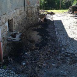 trockenlegen abtransport erde 12 - Trockenlegung des Hauses – Freilegen des Kellerfundaments