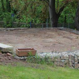 terrasse mit ruettelplatte begradigen1 - Der Bau unserer Gabionen Terrasse zum Abfang des Hangs