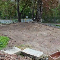 terrasse mit ruettelplatte begradigen2 - Der Bau unserer Gabionen Terrasse zum Abfang des Hangs