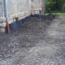 trockenlegung des keller verfuellen des graben 4 - Trockenlegung des Hauses - Einbringen von Drainage und Wasserrohren