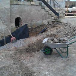 trockenlegung keller einbringen rohre drainage 1 - Trockenlegung des Hauses - Einbringen von Drainage und Wasserrohren