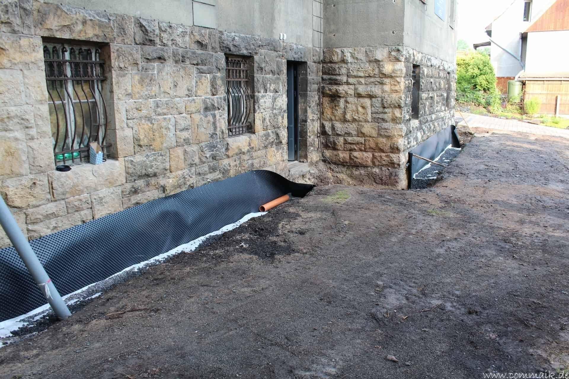 trockenlegung des hauses einbringen von drainage und wasserrohren commaik. Black Bedroom Furniture Sets. Home Design Ideas