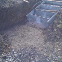 pflastersteintreppe in den hang bauen 18 - Eine Pflastersteintreppe wird in den Hang zum Parkplatz gebaut
