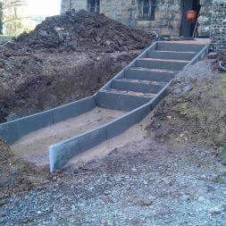 pflastersteintreppe in den hang bauen 23 - Eine Pflastersteintreppe wird in den Hang zum Parkplatz gebaut