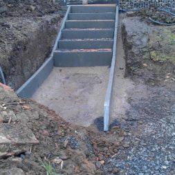 pflastersteintreppe in den hang bauen 24 - Eine Pflastersteintreppe wird in den Hang zum Parkplatz gebaut