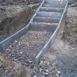 pflastersteintreppe in den hang bauen 25 - Eine Pflastersteintreppe wird in den Hang zum Parkplatz gebaut
