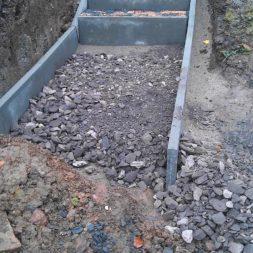 pflastersteintreppe in den hang bauen 26 - Eine Pflastersteintreppe wird in den Hang zum Parkplatz gebaut