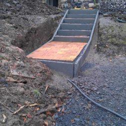 pflastersteintreppe in den hang bauen 33 - Eine Pflastersteintreppe wird in den Hang zum Parkplatz gebaut