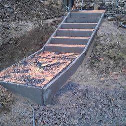 pflastersteintreppe in den hang bauen 36 - Eine Pflastersteintreppe wird in den Hang zum Parkplatz gebaut