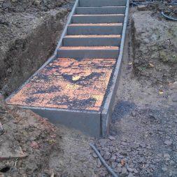 pflastersteintreppe in den hang bauen 37 - Eine Pflastersteintreppe wird in den Hang zum Parkplatz gebaut