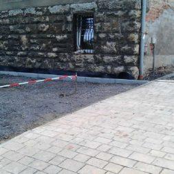 pflasterweg zum hintereingang anlegen 2 - Ein neuer Pflasterweg zum Hintereingang entsteht