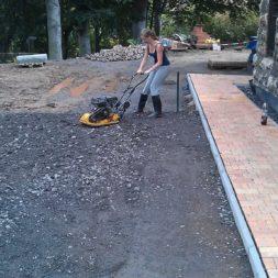 stellplatz am haus mit rasengitter anlegen 9 - Einen Parkplatz mit Gabionen und Rasengittern bauen
