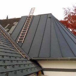 dach mit prefa alublech eindecken 120 - Der PREFA Stier kommt auf das Dach