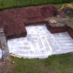pool schacht und mauerarbeiten 29 1 - Projekt Poolbau – Die Stützmauern kommen und der Pool wird unerwartet getestet