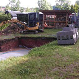 pool schacht und mauerarbeiten 32 - Projekt Poolbau – Die Stützmauern kommen und der Pool wird unerwartet getestet