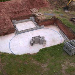 pool schacht und mauerarbeiten 33 - Projekt Poolbau – Die Stützmauern kommen und der Pool wird unerwartet getestet