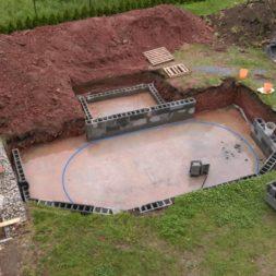 pool schacht und mauerarbeiten 34 - Projekt Poolbau – Die Stützmauern kommen und der Pool wird unerwartet getestet