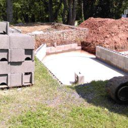 pool schacht und mauerarbeiten 37 - Projekt Poolbau – Die Stützmauern kommen und der Pool wird unerwartet getestet