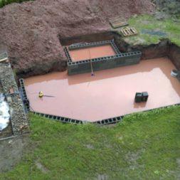 pool schacht und mauerarbeiten 41 - Projekt Poolbau – Die Stützmauern kommen und der Pool wird unerwartet getestet