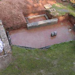 pool schacht und mauerarbeiten 43 - Projekt Poolbau – Die Stützmauern kommen und der Pool wird unerwartet getestet