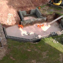 pool schacht und mauerarbeiten 45 - Projekt Poolbau – Die Stützmauern kommen und der Pool wird unerwartet getestet