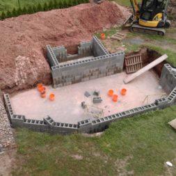 pool schacht und mauerarbeiten 46 - Projekt Poolbau – Die Stützmauern kommen und der Pool wird unerwartet getestet