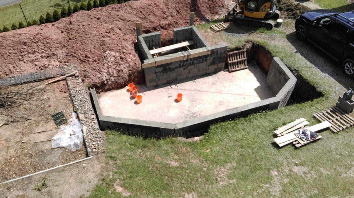pool schacht und mauerarbeiten 47 - Projekt Poolbau – Die Stützmauern kommen und der Pool wird unerwartet getestet