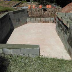 pool schacht und mauerarbeiten 48 - Projekt Poolbau – Die Stützmauern kommen und der Pool wird unerwartet getestet