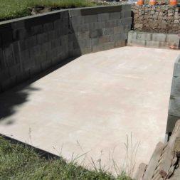 pool schacht und mauerarbeiten 49 - Projekt Poolbau – Die Stützmauern kommen und der Pool wird unerwartet getestet