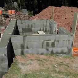 pool schacht und mauerarbeiten 50 - Projekt Poolbau – Die Stützmauern kommen und der Pool wird unerwartet getestet
