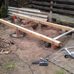 3 brennholzlageregal mit poolsolarheizung 23 - Das vierte Brennholzlagerregal mit Solarkollektoren für den Pool wird gebaut