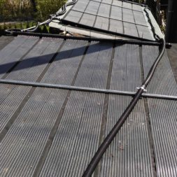 3 brennholzlageregal mit poolsolarheizung 4 - Das vierte Brennholzlagerregal mit Solarkollektoren für den Pool wird gebaut