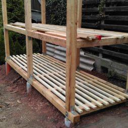 bau brennholzlagerregal mit epdm solarheizung pool 28 - Das vierte Brennholzlagerregal mit Solarkollektoren für den Pool wird gebaut
