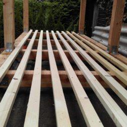 bau brennholzlagerregal mit epdm solarheizung pool 29 - Das vierte Brennholzlagerregal mit Solarkollektoren für den Pool wird gebaut