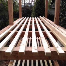 bau brennholzlagerregal mit epdm solarheizung pool 30 - Das vierte Brennholzlagerregal mit Solarkollektoren für den Pool wird gebaut