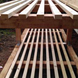 bau brennholzlagerregal mit epdm solarheizung pool 31 - Das vierte Brennholzlagerregal mit Solarkollektoren für den Pool wird gebaut