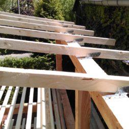 bau brennholzlagerregal mit epdm solarheizung pool 32 - Das vierte Brennholzlagerregal mit Solarkollektoren für den Pool wird gebaut