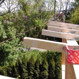 bau brennholzlagerregal mit epdm solarheizung pool 33 - Das vierte Brennholzlagerregal mit Solarkollektoren für den Pool wird gebaut