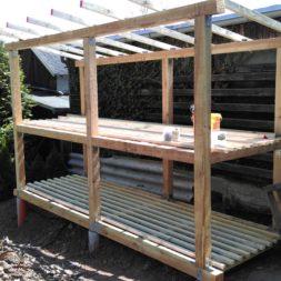 bau brennholzlagerregal mit epdm solarheizung pool 34 - Das vierte Brennholzlagerregal mit Solarkollektoren für den Pool wird gebaut