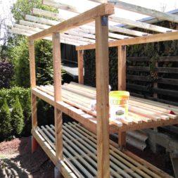 bau brennholzlagerregal mit epdm solarheizung pool 35 - Das vierte Brennholzlagerregal mit Solarkollektoren für den Pool wird gebaut