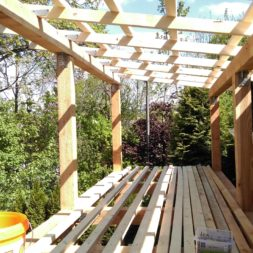 bau brennholzlagerregal mit epdm solarheizung pool 36 - Das vierte Brennholzlagerregal mit Solarkollektoren für den Pool wird gebaut