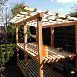 bau brennholzlagerregal mit epdm solarheizung pool 37 - Das vierte Brennholzlagerregal mit Solarkollektoren für den Pool wird gebaut