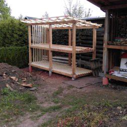 bau brennholzlagerregal mit epdm solarheizung pool 38 - Das vierte Brennholzlagerregal mit Solarkollektoren für den Pool wird gebaut