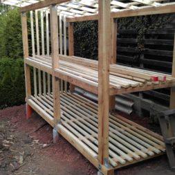 bau brennholzlagerregal mit epdm solarheizung pool 39 - Das vierte Brennholzlagerregal mit Solarkollektoren für den Pool wird gebaut