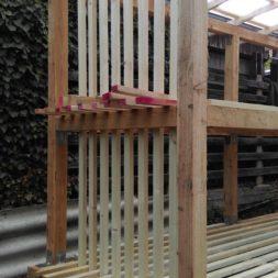 bau brennholzlagerregal mit epdm solarheizung pool 40 - Das vierte Brennholzlagerregal mit Solarkollektoren für den Pool wird gebaut