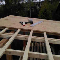 bau brennholzlagerregal mit epdm solarheizung pool 41 - Das vierte Brennholzlagerregal mit Solarkollektoren für den Pool wird gebaut