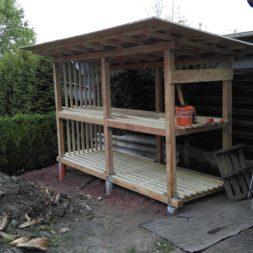 bau brennholzlagerregal mit epdm solarheizung pool 43 - Das vierte Brennholzlagerregal mit Solarkollektoren für den Pool wird gebaut